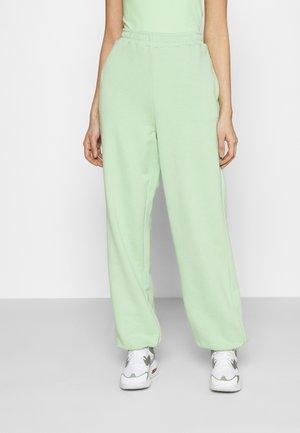 NA-KD X ZALANDO EXCLUSIVE - LOOSE FIT PANTS - Teplákové kalhoty - fresh green