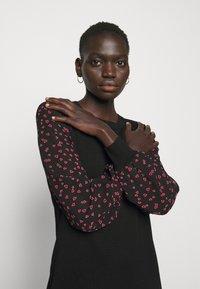DKNY - Pouzdrové šaty - black/black/rudolph red/powder pink/multi - 3