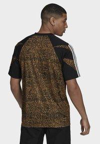 adidas Originals - FOOTBALL  - T-shirt con stampa - beige - 1