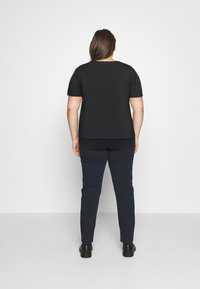 Calvin Klein Jeans Plus - GLITTER MONOGRAM TEE - Print T-shirt - black - 2