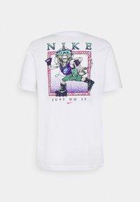 Nike Sportswear - TEE BEACH ROLLERBLADER - T-shirts print - white - 1