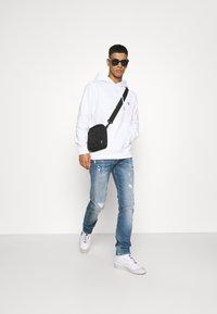 Calvin Klein Jeans - ESSENTIAL REGULAR HOODIE - Felpa - bright white - 4