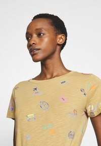 J.CREW - ALLOVER TRAVEL TAGS TEE - Print T-shirt - honey brown - 4