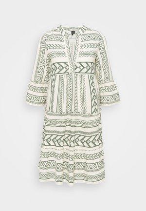VMDICTHE - Denní šaty - birch/dicthe/laurel wreath