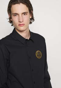 Versace Jeans Couture - POPELINE STRETCH - Shirt - nero - 6