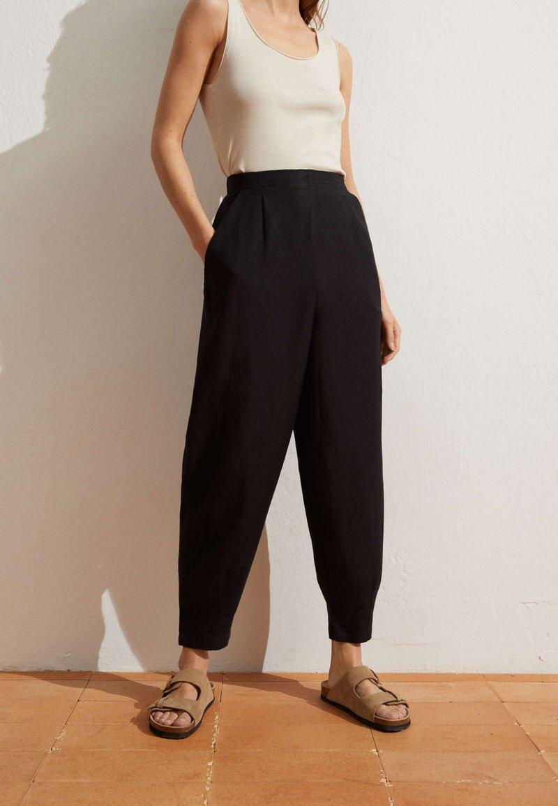 OYSHO - MIT LEINENANTEIL - Trousers - black