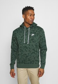 Nike Sportswear - CLUB HOODIE CAMO - Sweatshirt - galactic jade/white - 0