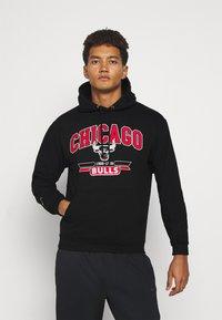 Mitchell & Ness - NBA CHICAGO BULLS ARCH LOGO HOODY - Klubbkläder - black - 0