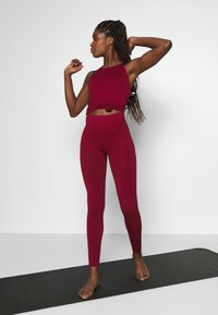 Casall - SEAMLESS LEO  - Medias - moving red - 1