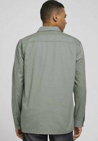 TOM TAILOR DENIM - BASIC  - Koszula - greyish shadow olive - 2