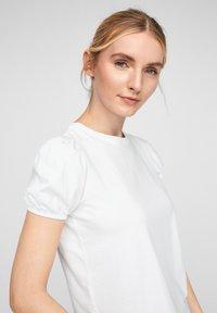 QS by s.Oliver - MIT PUFFÄRMELN - Print T-shirt - white - 4