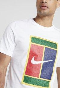 Nike Performance - TEE COURT - T-shirt med print - white - 4