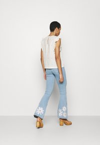 Fabienne Chapot - EVA EXTRA FLARE EMBRO  - Flared Jeans - light denim - 2