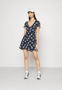 Hollister Co. - DRESS - Vestito di maglina - navy floral - 1