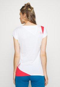 La Sportiva - CHIMNEY  - Print T-shirt - white/hibiscus - 2