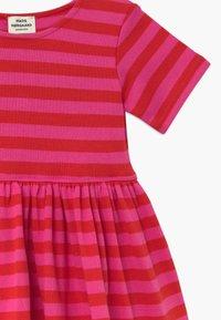 Mads Nørgaard - BRETAGNE DAISIA - Pletené šaty - pink /red - 3