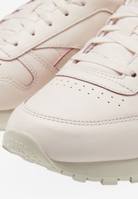 Reebok Classic - CLASSIC LEATHER SHOES - Sneakers - pink/white/off-white - 10