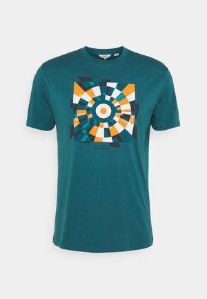 FRACTURED TARGET TEE - Print T-shirt - sea