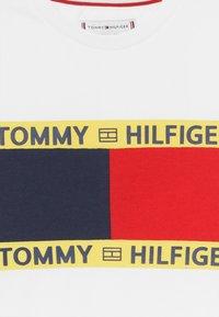 Tommy Hilfiger - FLAG - T-shirt z nadrukiem - white - 3