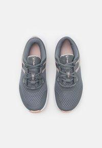 Nike Performance - MC TRAINER - Sportschoenen - smoke grey/hydrogen blue/pink oxford/college grey/white/pale coral - 3