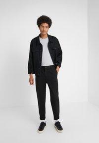 Holzweiler - ISAK TROUSERS - Spodnie materiałowe - black - 1