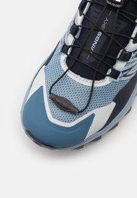 Salomon - WINGS SKY  - Běžecké boty do terénu - ashley blue/mood indi/charlock - 5