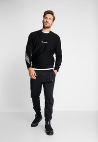 Champion - CREWNECK  - Sweatshirt - black - 1