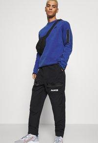 Nike Sportswear - CITY MADE PANT - Cargobukser - black/white - 3