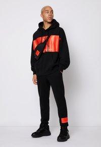 Calvin Klein Jeans - OVERSIZED LARGE BADGE HOODIE UNISEX - Sweatshirt - black - 3