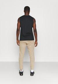 Nike Performance - PANT TAPER - Pantaloni sportivi - khaki/black - 3