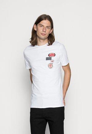LOGO BADGE  - T-shirt imprimé - white
