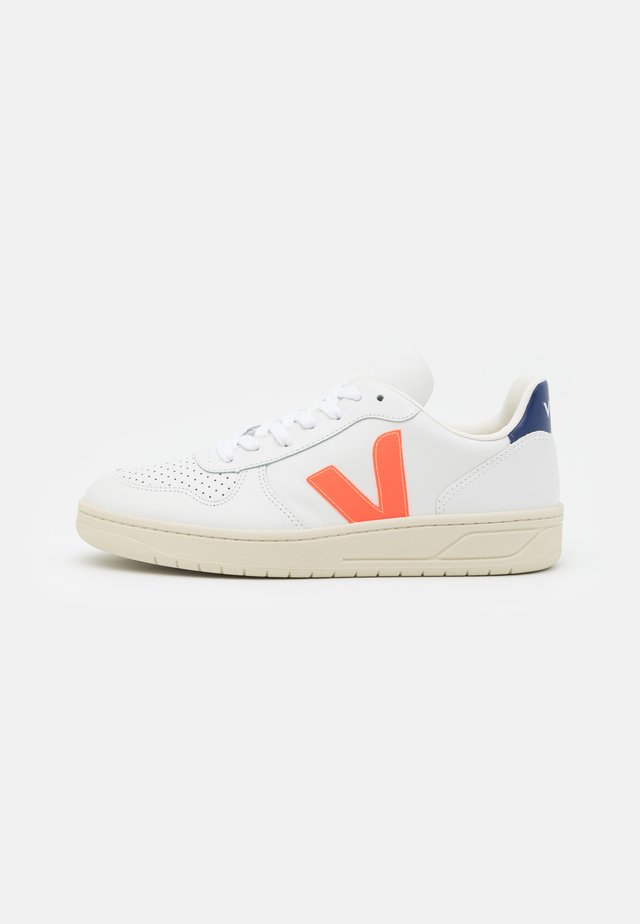 V-10 - Baskets basses - extra white/orange/fluo cobalt