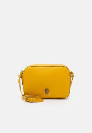 RICHMOND CROSS BODY - Taška spříčným popruhem - yellow
