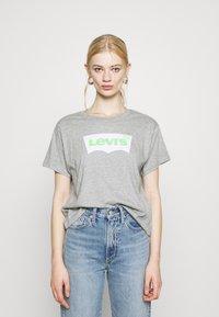Levi's® - GRAPHIC VARSITY TEE - T-shirt imprimé - heather grey - 0