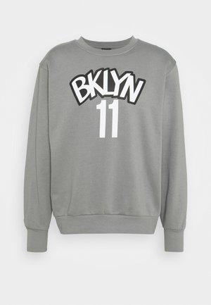 NBA BROOKLYN NETS KYRIE IRVING NAME AND NUMBER CREWNECK - Pelipaita - dark steel grey/white