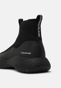 Calvin Klein Jeans - RUNNER - Sneakers hoog - triple black - 4