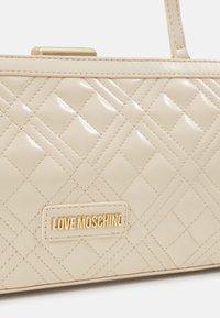 Love Moschino - BORSA QUILTE  SCURO - Handbag - ivory - 4