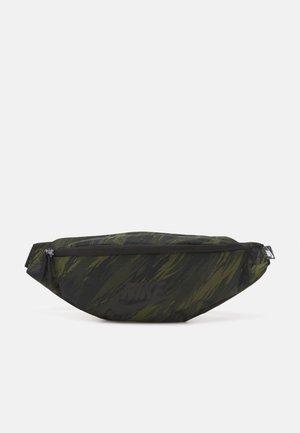 HERITAGE UNISEX - Rumpetaske - rough green/black
