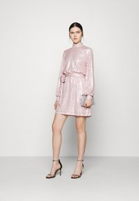 Nly by Nelly - HIGH NECK SEQUIN DRESS - Cocktailkjole - light pink - 1