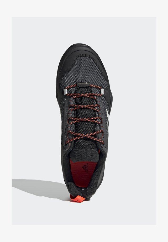 TERREX AX3 GTX - Outdoorschoenen - grey/light red