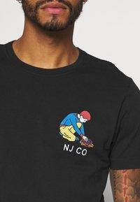 Nudie Jeans - ROY - T-shirt med print - black - 5