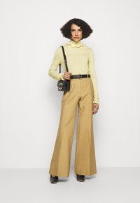 Victoria Beckham - FLUID MELANGE FRILL DETAIL  - Jumper - banana - 1