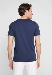 Abercrombie & Fitch - EXPLODED CREW VEE POP  - Printtipaita - navy with white moose - 2
