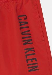 Calvin Klein Swimwear - MEDIUM DRAWSTRING - Plavky - fierce red - 2