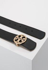 Tory Burch - REVERSIBLE LOGO - Belt - black/saddle - 2