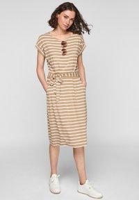 s.Oliver - ROBE  - Robe d'été - desert sand stripes - 1