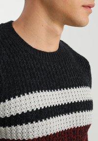 Only & Sons - ONSLAZLO STRIPED CREW NECK - Stickad tröja - cabernet - 3