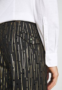 Twisted Tailor - SAGRADA SUIT - Completo - black/gold - 8