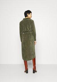 Another-Label - VANDERDISE DRESS - Košilové šaty - winter moss - 2