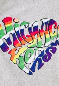 Michael Kors - PRIDE HEART TEE - T-shirt con stampa - heather grey - 2